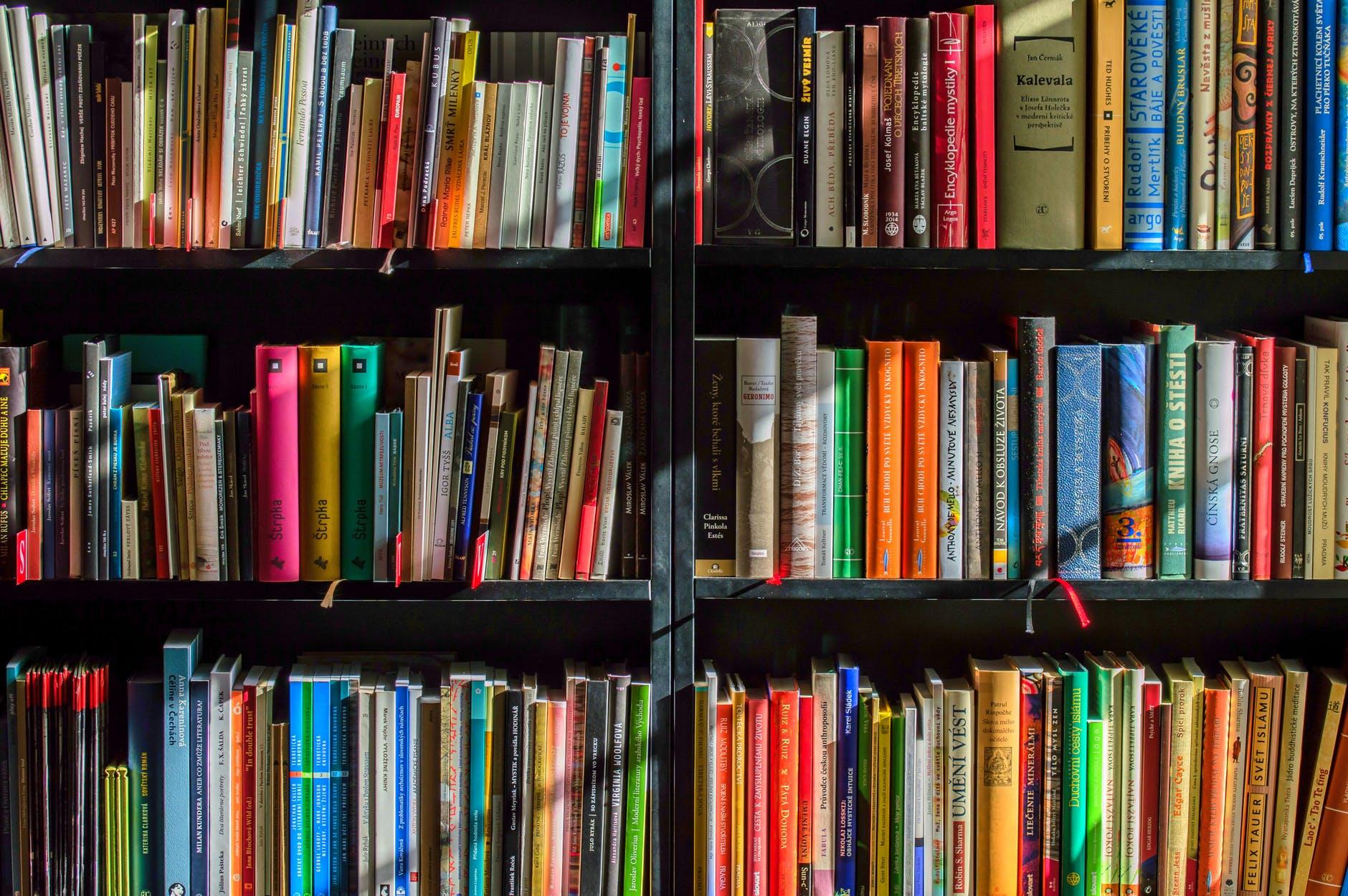A pic of a bookshelf